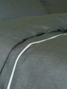 Couette en lin couleur argent gris avec passepoil